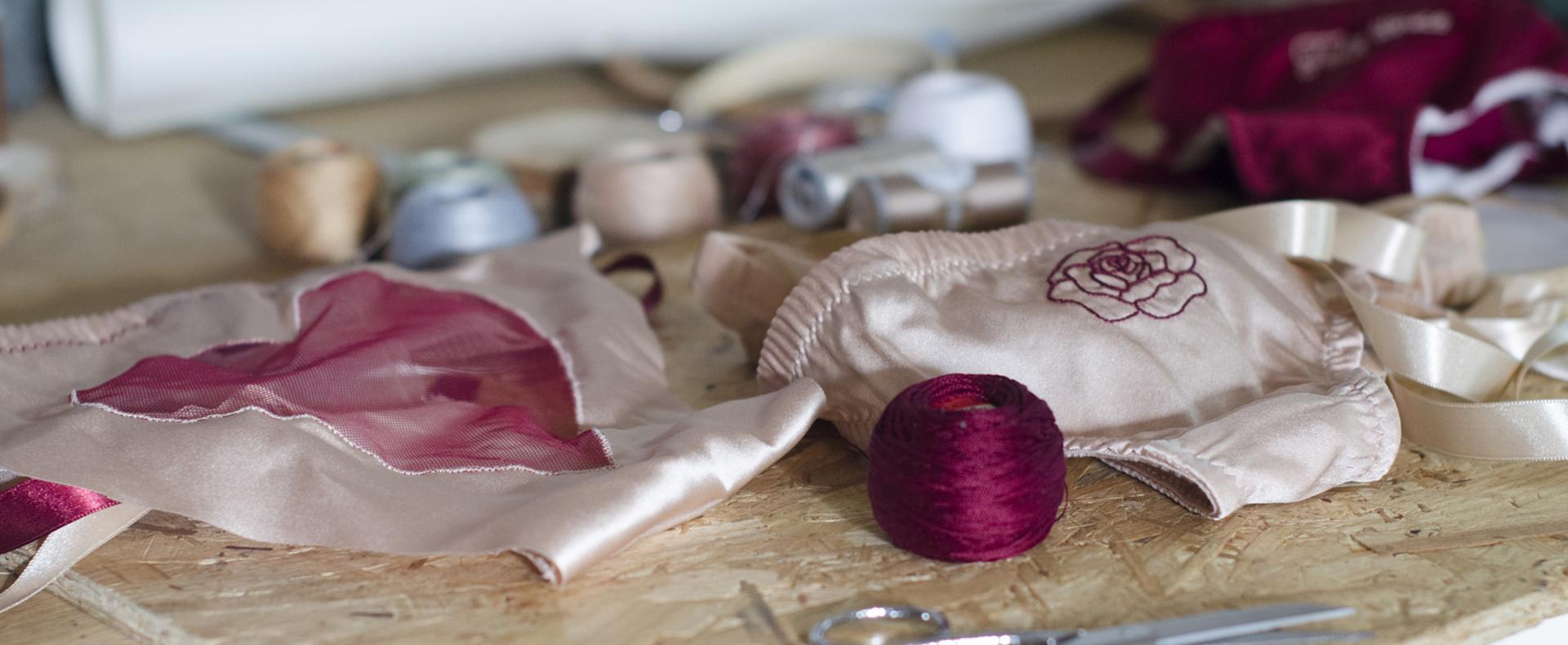culottes rose poudré brodée avec une rose bordeaux et un coeur incrusté