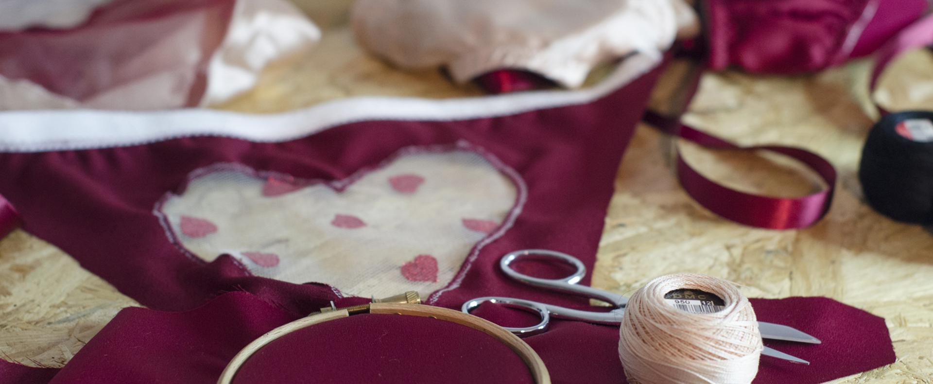culotte bordeaux à plat avec un coeur transparent incrusté dans le dos